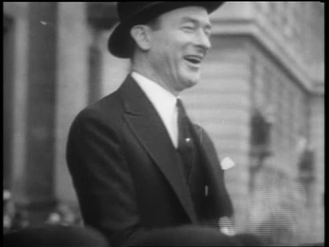 vídeos y material grabado en eventos de stock de may 1932 mayor jimmy walker laughing, clapping + watching beer parade / 5th ave, nyc - only mature men