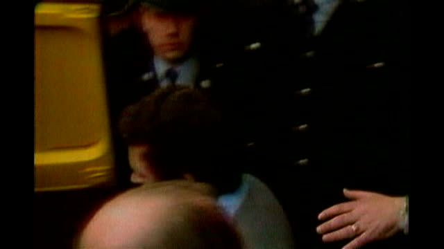 london peter sutcliffe into prison van surrounded by press while on trial at the old bailey - オールドベイリー点の映像素材/bロール
