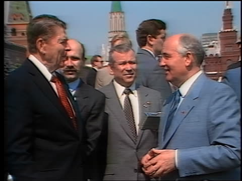 may 1988 ronald reagan mikhail gorbachev talking pointing surrounded by others in red square - ronald reagan präsident der usa stock-videos und b-roll-filmmaterial