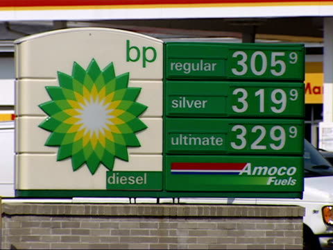 stockvideo's en b-roll-footage met may 2 2007 cu gas prices on a sign outside a bp amoco gas station / united states - benzineprijzen