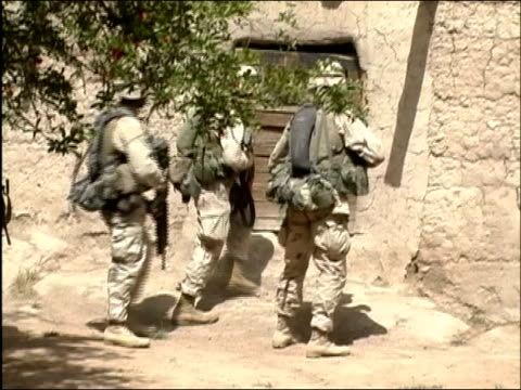 may 2004 medium shot us soldiers trying to kick down door of building / oruzgan province aghanistan / audio - operazione enduring freedom video stock e b–roll