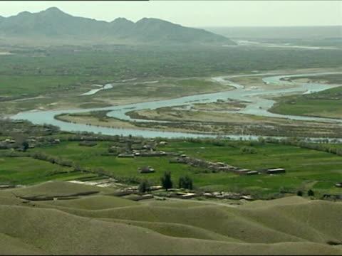 may 2007 montage british troops on patrol in southern afghanistan and surveying area over kajaki dam/ kajaki afghanistan/ uadio - 2001年~ アフガニスタン紛争点の映像素材/bロール