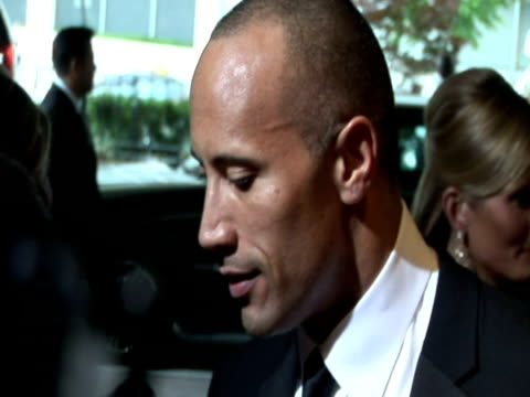 vídeos de stock, filmes e b-roll de may 2009 actor and former pro-wrestler, dwayne johnson, speaking to reporter at the white house correspondents' dinner/ washington dc, usa/ audio - traje completo