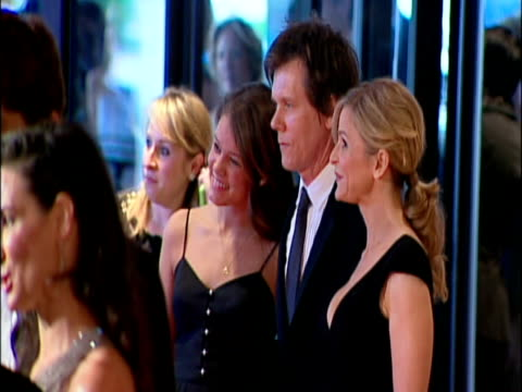 vídeos y material grabado en eventos de stock de may 2009 actor, kevin bacon, with his wife kyra sedgwick and daughter sosie bacon, posing for photographers at the white house correspondents'... - traje completo