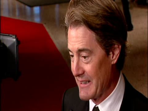 vídeos de stock e filmes b-roll de may 2009 actor, kyle maclachlan, speaking to reporter on the red carpet at the white house correspondents' dinner/ washington dc, usa/ audio - só um homem maduro