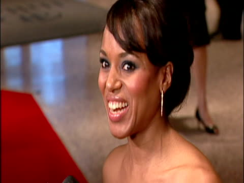 vídeos de stock e filmes b-roll de may 2009 cu actress kerry washington speaking to reporter on the red carpet at the white house correspondents' dinner/ washington dc usa/ audio - só mulheres de idade mediana