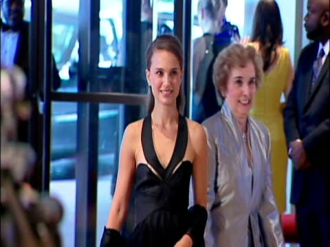 vídeos y material grabado en eventos de stock de may 2009 ms actress natalie portman on the red carpet at the white house correspondents' dinner/ washington dc usa/ audio - anamórfico