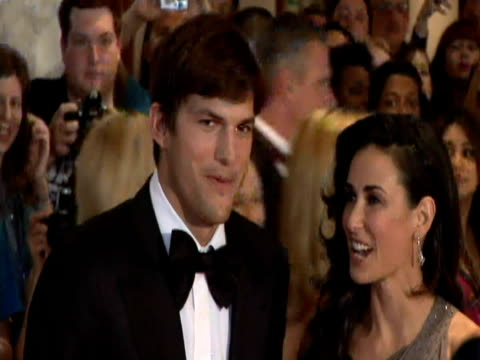 may 2009 ms ashton kutcher with his wife demi moore posing for photographers at the white house correspondents' dinner/ washington dc usa/ audio - ashton kutcher stock-videos und b-roll-filmmaterial