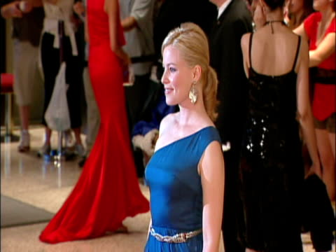 may 2009 ms focus actress elizabeth banks posing for photographers at the white house correspondents' dinner/ washington dc usa/ audio - hand an der hüfte stock-videos und b-roll-filmmaterial