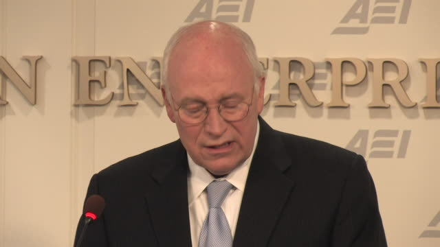 vídeos de stock, filmes e b-roll de may 2009 ms former us vice president dick cheney speaking at the american enterprise institute about terrorist interrogations/ washington dc usa/... - traje completo