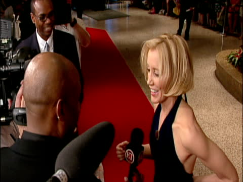 may 2009 members of the public waiting for celebrities arriving at the white house correspondents' dinner/ actress, felicity huffman, speaking to... - människoarm bildbanksvideor och videomaterial från bakom kulisserna