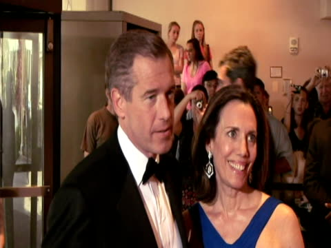 vidéos et rushes de may 2009 news anchor brian williams talking to press with wife jane stoddard williams at the white house correspondents' dinner/ washington dc, usa/... - smoking
