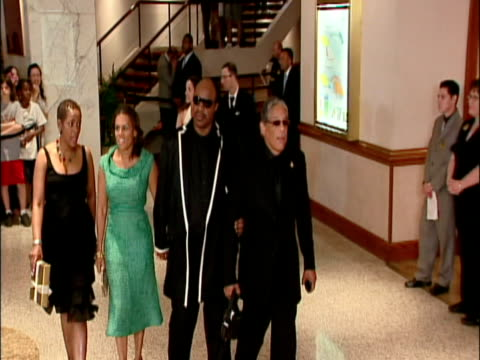 may 2009 ms zo singer stevie wonder arriving with his wife kai milla and guests at the white house correspondents' dinner/ washington dc usa/ audio - アナモルフィック点の映像素材/bロール