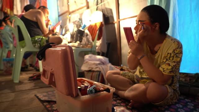 vídeos de stock, filmes e b-roll de slow motion footage opera performer preparing for the stage performance at backstage phuket thailand - pintor artista