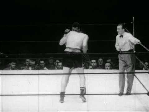 vídeos y material grabado en eventos de stock de b/w may 23 1941 joe louis and buddy baer ceasing boxing in ring / series - oficial deportivo