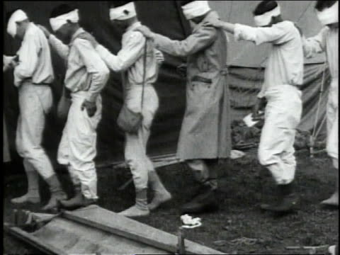 may 4 1918 ws singlefile line of bandaged gas victims at field hospital 13 shuffling along with hands on shoulders/ wendeuilcaply france - prima guerra mondiale video stock e b–roll