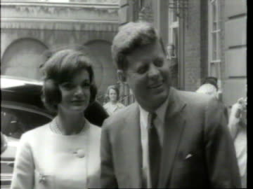 vidéos et rushes de may 6. 1961 film montage crowd/ harold macmillan greeting john f. and jacqueline kennedy/ harold and lady dorothy macmillan seeing the kennedys off/... - 1961