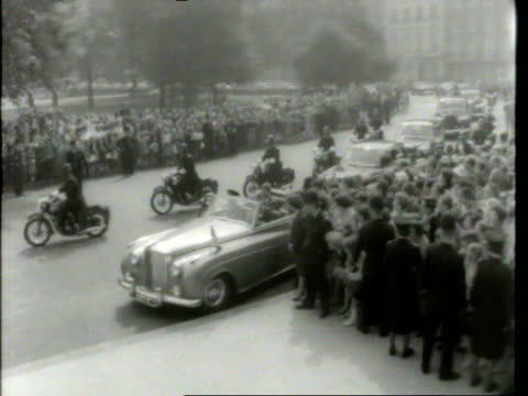 vidéos et rushes de may 6 1961 film montage cu john f kennedy in back of car/ ws motorcade/ ms kennedy getting out of car/ kennedy greeting crowd/ kennedy getting into... - john fitzgerald kennedy