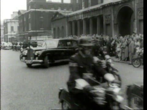 stockvideo's en b-roll-footage met may 6 1961 film montage ms police holding crowds back/ john f kennedy and harold macmillan walking toward jacqueline kennedy/ ws motorcade/ crowd/ at... - jacqueline kennedy
