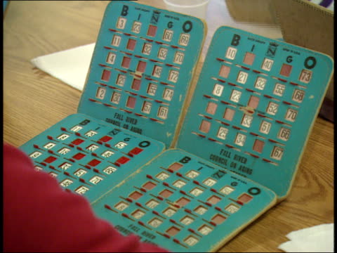 vídeos de stock, filmes e b-roll de may 6 2003 ha player selecting letters on bingo card / massachusetts united states - só uma mulher idosa