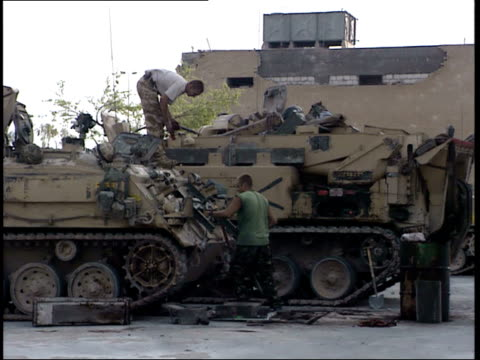 may 7, 1999 british army soldiers maintaining tanks in the city / basra, iraq - basra stock-videos und b-roll-filmmaterial