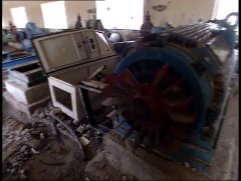 vídeos y material grabado en eventos de stock de may 7 1999 pan water pipeline pumping station and equipment in poor repair / iraq - estación de bombeo