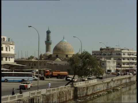 may 8, 1999 a mosque with minaret at prayer time in the city / basra, iraq - basra stock-videos und b-roll-filmmaterial