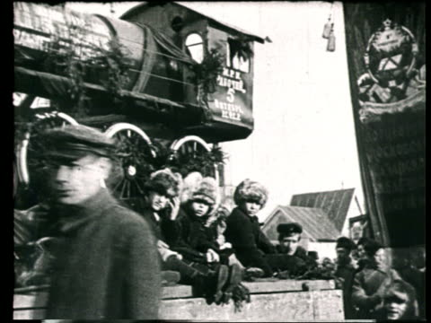 1919 montage b/w may day celebrations and parade floats on city street/ moscow, russia - festwagen stock-videos und b-roll-filmmaterial