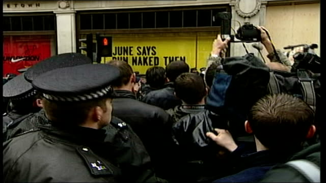 vídeos de stock e filmes b-roll de may day demonstrations: protesters and riot police in london; england: london: ext various protestors in crowd line of police at edge of cordon. /... - dia do trabalhador
