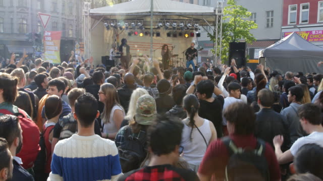 vídeos de stock, filmes e b-roll de may day in kreuzberg berlin germany on the 1st of may 2016 on a sunny day in kreuzberg near heinrichplatz in the oranienstra��e while a band is... - 1 de maio