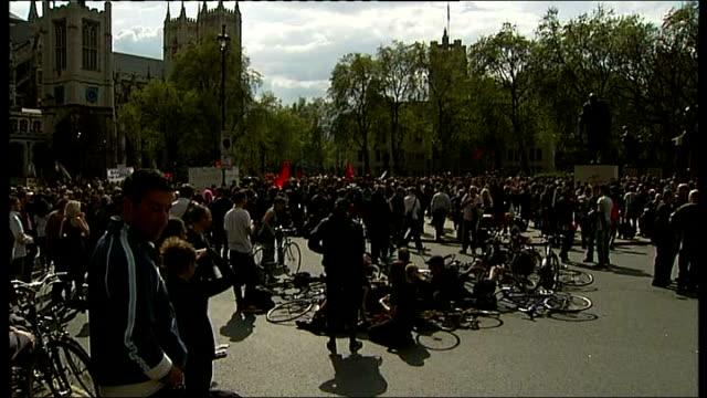 vídeos de stock, filmes e b-roll de may day protests in london protestors gathered in trafalgar square / drummers drumming sot - 1 de maio