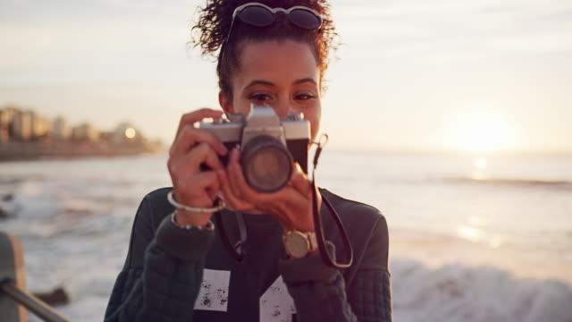 darf ich sie fotografieren? - fotografieren stock-videos und b-roll-filmmaterial