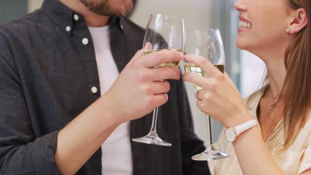 もっと良い時が来るように - シャンパン点の映像素材/bロール