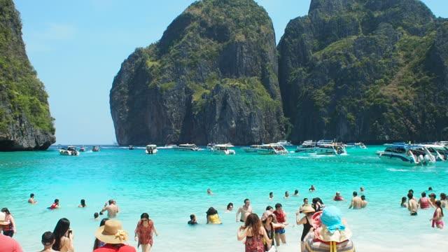 maya bucht der phi phi insel leh, krabi, thailand. - insel phi phi le stock-videos und b-roll-filmmaterial