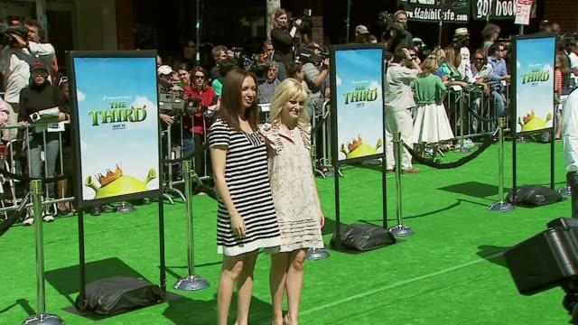 maya rudolph and amy poehler at the 'shrek the third' premiere at the mann village theatre in westwood california on may 6 2007 - maya rudolph video stock e b–roll