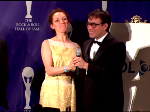 maya rudolph and fred armisen discuss their musical plans for the evening at the rock and roll hall of fame 2007 induction ceremony at the waldorf... - maya rudolph video stock e b–roll