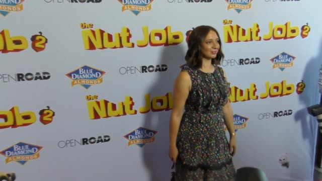 maya rudolph at the los angeles premiere of 'the nut job 2 - nutty by nature' at regal cinemas l.a. live on august 05, 2017 in los angeles,... - maya rudolph video stock e b–roll