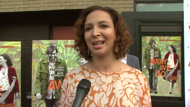 maya rudolph talking about not letting allison' character babysit her new baby, the script, her character, verona and burt's relationship, working... - maya rudolph video stock e b–roll