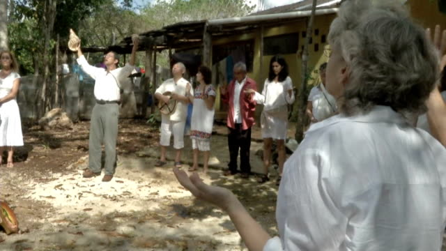 vidéos et rushes de mayan calenders predict end of the world; mexico: ext people praying in circle, as man holding conch shell chants sot people forming circle with... - apocalypse