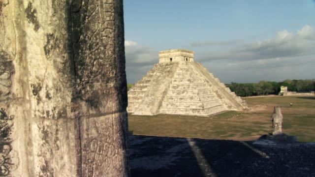 vídeos de stock, filmes e b-roll de ws pan mayan pyramid of kukulkan at chichen itza / yucatan peninsula, yucatan, mexico - yucatán