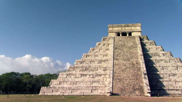 ws tu td zo mayan pyramid of kukulkan at chichen itza / yucatan peninsula, yucatan, mexico - the castle stock videos and b-roll footage
