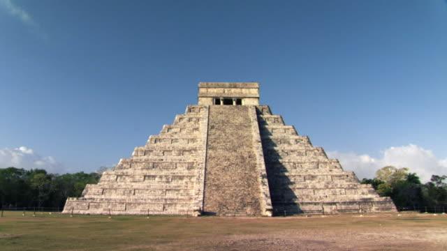 ws zi mayan pyramid of kukulkan at chichen itza / yucatan peninsula, yucatan, mexico - the castle stock videos and b-roll footage