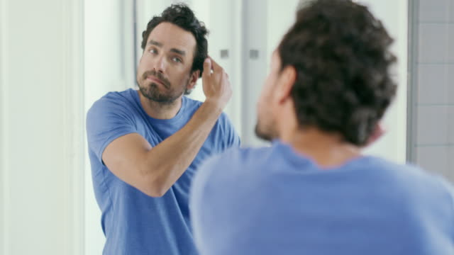 vídeos de stock e filmes b-roll de maybe it's time for a new look - espelho