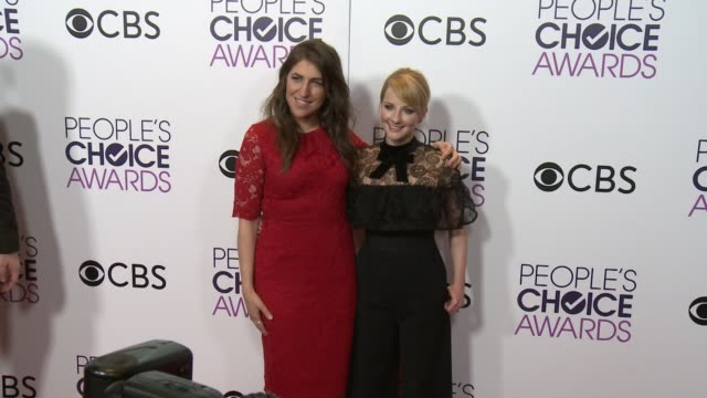 mayim bialik and melissa rauch at the people's choice awards 2017 at microsoft theater on january 18 2017 in los angeles california - mayim bialik stock videos & royalty-free footage