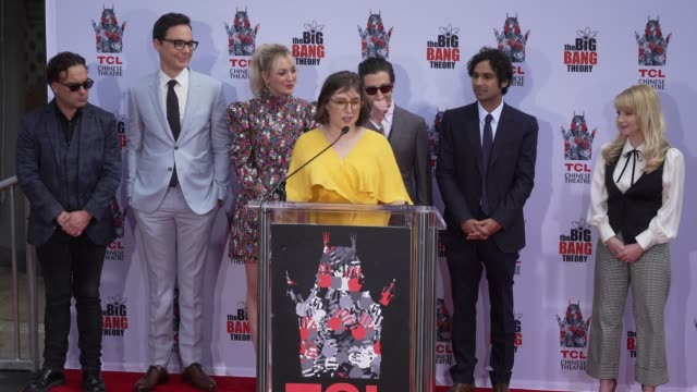 stockvideo's en b-roll-footage met speech mayim bialik at the cast of the big bang theory honored with hand and footprint ceremony at tcl chinese theatre on may 01 2019 in hollywood... - ensemble lid