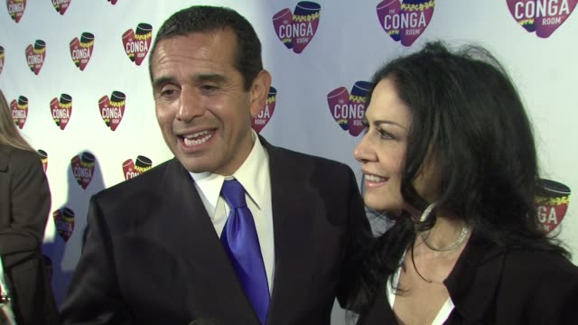 vídeos de stock, filmes e b-roll de mayor antonio villaraigosa sheila e on what the conga room brings to los angeles at the conga room grand opening at los angeles ca - sheila e
