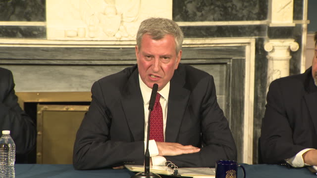 mayor bill de blasio answers questions at a press conference announcing the signature of a consent decree handing over control of nycha to the... - ビル・デ・ブラシオ点の映像素材/bロール