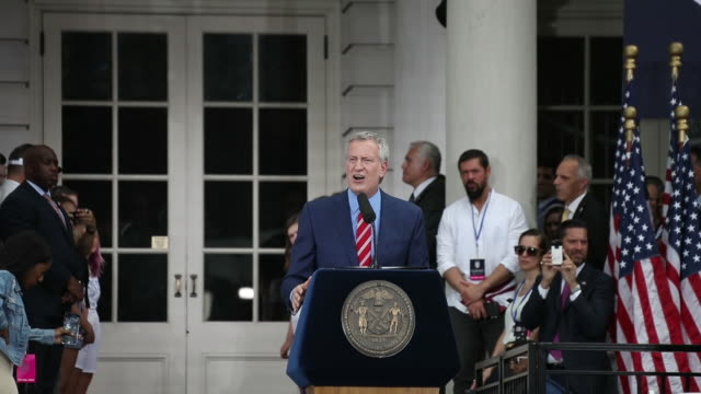 mayor bill de blasio at the us women's national soccer team victory parade and city hall ceremony on july 10 2019 in new york city - bürgermeister stock-videos und b-roll-filmmaterial