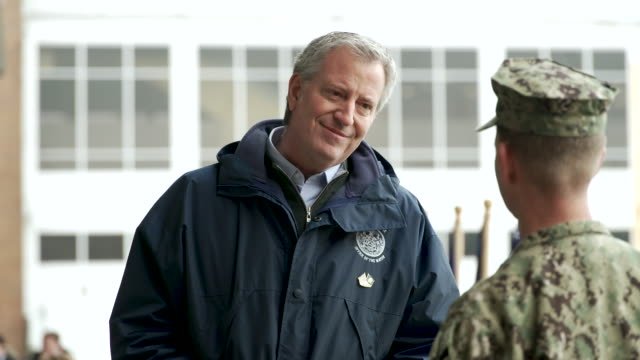 mayor bill de blasio speak to a us navy soldier after the press conference. the usns comfort navy mercy-class military hospital ship docks on the... - ビル・デ・ブラシオ点の映像素材/bロール
