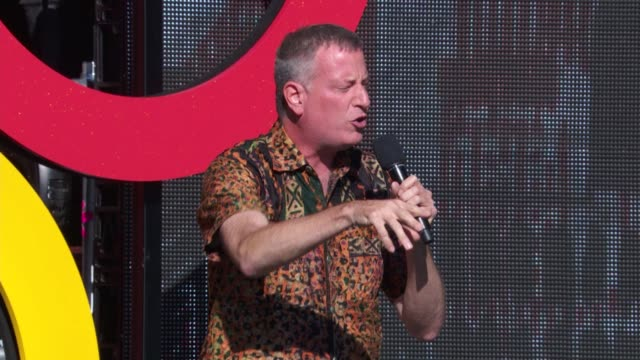 vidéos et rushes de mayor bill de blasio thanks the audience for their work at 2014 global citizen festival in central park at central park on september 27, 2014 in new... - audience de festival